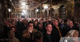 Без масок і без дистанції: у Лаврі забули про коронавірус під час великодніх богослужінь