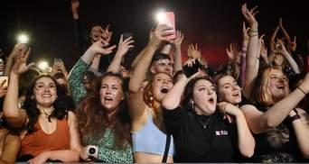 Без масок і дистанції: у Британії провели концерт для 5 тисяч людей – відео
