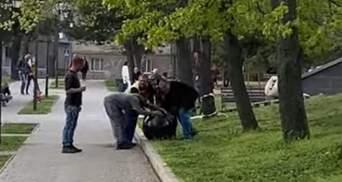 В Николаеве несколько раз вызывали полицию на рабочих, кативших гранитные шары на реставрацию