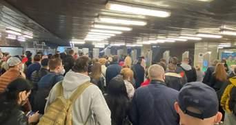 Киев возвращается к обычному ритму жизни: в метро появились очереди