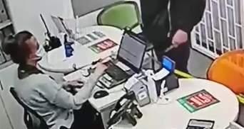 Размахивал ножом и требовал деньги: в Харькове дерзко ограбили ломбард – видео, фото