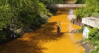 Злили невідомі речовини: у Києві Либідь забарвилася у жовтий колір – фото