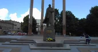 Осквернил памятник Бандере: во Львове суд освободил вандала от наказания