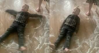 """""""Снежные ангелы"""" из соли и сахара: как 3-летние близнецы помогли маме с уборкой – видео"""