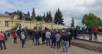 Без масок, дистанції і з дивними вимогами: у Львові влаштували мітинг проти вакцинації – фото