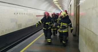 У метро Києва пасажир потрапив під потяг: кілька станцій зачиняли – відео