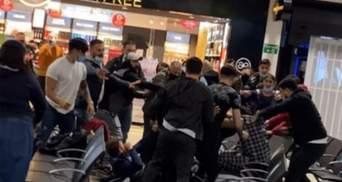 Масове побоїще в аеропорту Лондона: пасажири затіяли бійку через сварку двох жінок – відео