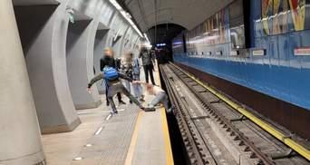 В Варшаве остановили линию метро: на рельсы упал полуголый украинец – фото