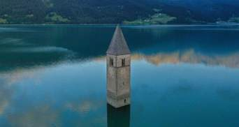 Церковные стены под водой: в Италии среди озера обнаружили остатки старинного поселка