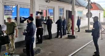 """Допомагали ввозити """"євробляхи"""": СБУ викрила хабарників-посадовців на Волині"""