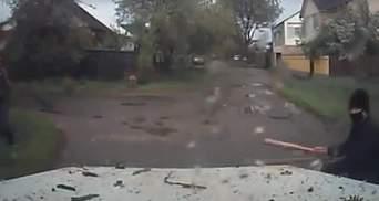 Чоловік з битою напав на електромонтерів у Харкові: відео