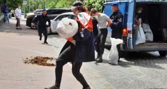 Хотів перекинути мішок з гноєм: біля посольства Білорусі у Києві затримали активіста