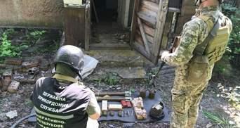 На Донбасі виявили сховок ворожих боєприпасів: фото