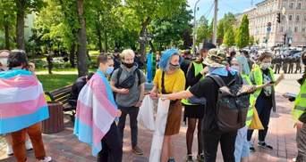 Спалили прапор ЛГБТ: у Києві відбулися марші трансгендерів та їх противників – фото, відео