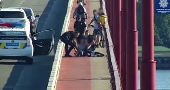 Уже прыгала с Центрального моста: полицейские Днепра спасли женщину от смерти – видео