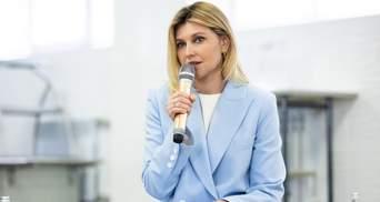 Елена Зеленская покорила аутфитом в небесно-голубом костюме