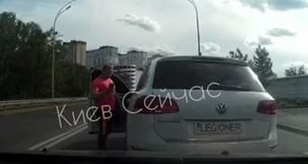 Через гудок: у Києві водій позашляховика з битою побив іншого – відео 18+