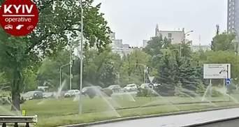 Київські комунальники пояснили, навіщо поливали газони під час дощу: відео