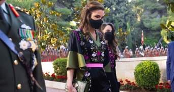 Королева Ранія приголомшила вишуканим образом у чорній сукні з вишивкою: фото