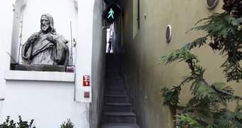 Двоє не розминуться: найвужча вуличка Праги, оснащена світлофором