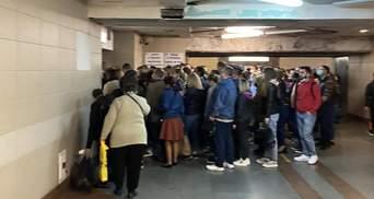 Ніхто не тримав дистанцію: у київському метро знову масово порушують карантин