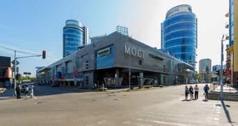 """В Днепре голый мужчина прыгнул с крыши торгового центра """"Мост-Сити"""": видео 18+"""