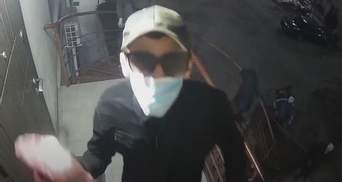 Напали на офіс ЛГБТ-організації в Одесі: радикали побили вікна та камеру – відео
