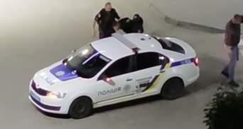 """Хотів """"відмазати"""" друга: у Рівному хлопець влаштував бійку з поліцією – відео"""