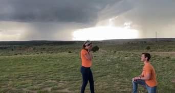 Хлопець зробив пропозицію коханій на фоні торнадо: круте відео