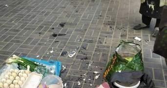 На Рівненщині бізнесвумен розбила пенсіонерці голову банкою сметани: фото 18+
