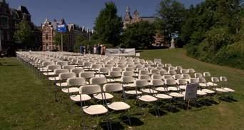 298 порожніх стільців: красномовна акція перед посольством Росії у Гаазі через катастрофу MH17