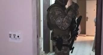 В Киеве мужчина пробрался в квартиру и взял в заложницы хозяйку: фото, видео