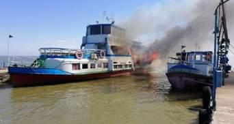 На Одещині біля причалу загорівся прогулянковий катер: є постраждалий