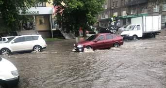 Через рясні дощі Харків пішов під воду: затопило вулиці, дороги та під'їзди – відео