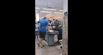 У Запоріжжі чоловік поскандалив у супермаркеті через 1 копійку: відео