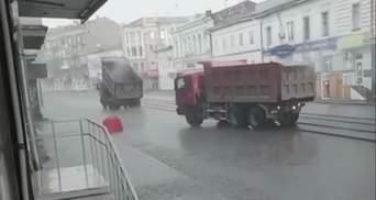 Стелять асфальт під воду: у мережі висміяли ремонт дороги в Харкові – відео
