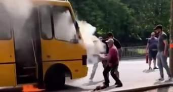 Маршрутка загорілася на зупинці в Дніпрі: відео