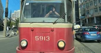 Я не жлоб и не пида*ас, – чиновник при КГГА на джипе заблокировал трамвай: видео