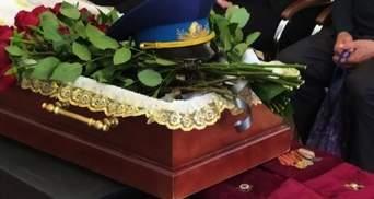 В Харькове прощались с легендарным авиатором Карпеевым: фото