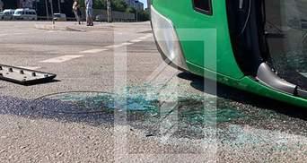 В Кривом Роге после ДТП с маршруткой перевернулось авто: фото