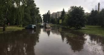 Сильна злива: у Полтаві рятувальники витягали автівки з води