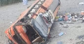У Пакистані перекинувся автобус з паломниками: десятки загиблих та поранених