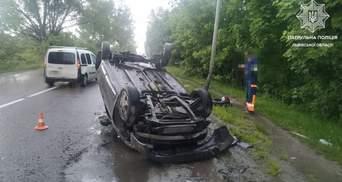 Во Львове 23-летний водитель под амфетамином перевернулся на крышу: пострадал пассажир – фото