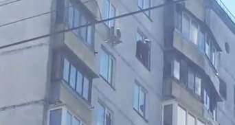 В Киеве на Лукьяновке мужчина танцевал на карнизе 15 этажа: видео