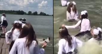 У шкільній формі – в озеро: на Рівненщині учениці оригінально відсвяткували останній дзвоник