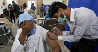 У Пакистані блокуватимуть телефони тим, хто відмовиться вакцинуватись проти COVID-19