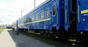 У поїзді Рахів – Київ чоловік впав з верхньої полиці: через кілька годин він помер