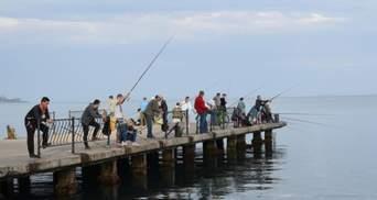 Дістав пістолет: в окупованому Криму працівник ФСБ погрожував рибалкам – відео