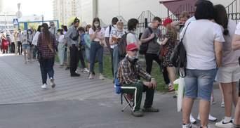 Зі стільцями та книгами: як у Києві чекають на вакцинацію