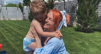 Світлана Тарабарова підкорила літнім образом у блакитній сукні: фото з сином біля басейну